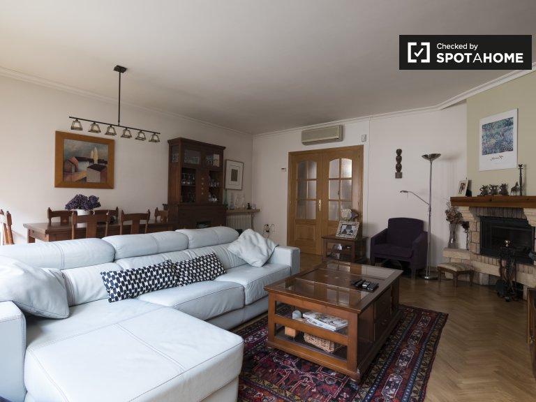 Przestronny dom z 5 sypialniami do wynajęcia w Fuencarral, Madryt