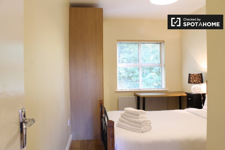 Double Bed in Rooms for rent in shared house with interior patio in Ranelagh