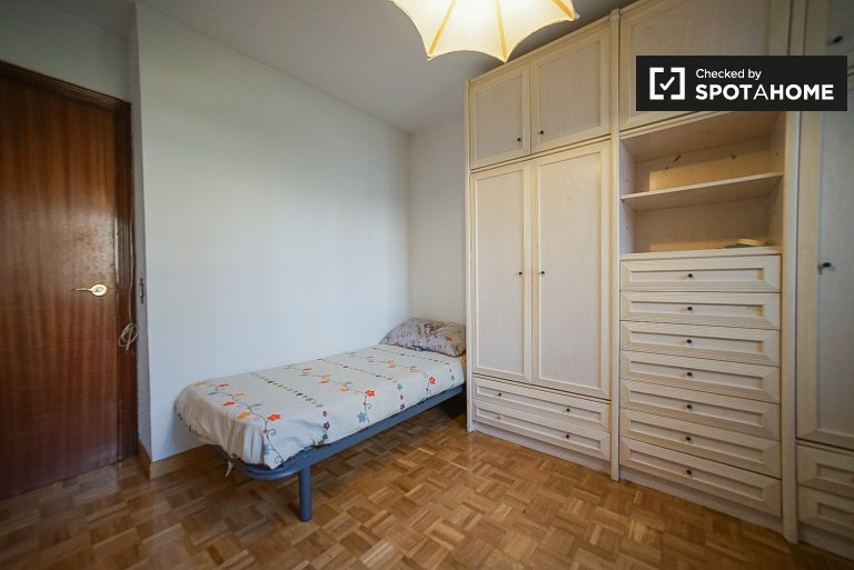 Room for rent in 3-bedroom apartment in Villaverde, Madrid