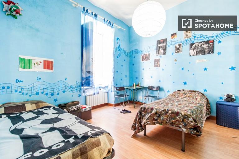 Duży pokój w apartamencie z 2 sypialniami w centrum Rzymu, Rzym