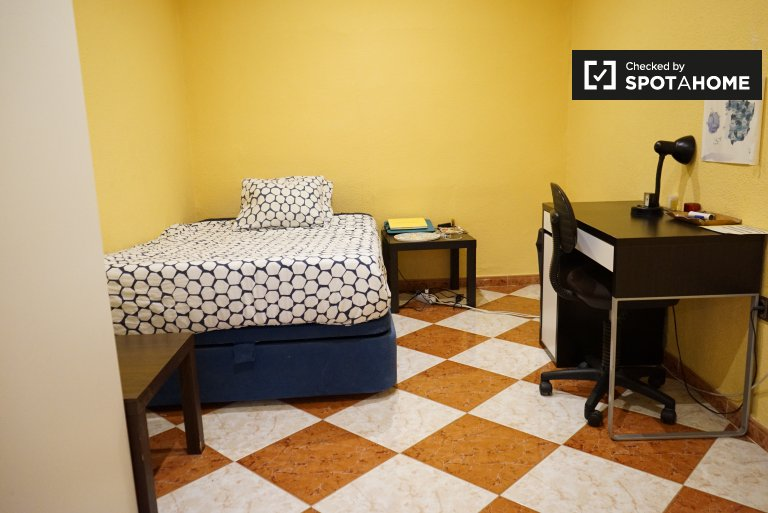 Rooms for rent in 5-bedroom apartment in Madrid Centro