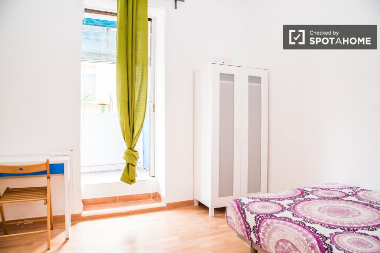 Inviting room in shared apartment in El Raval, Barcelona