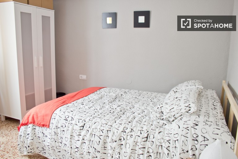 Double Bed in 5 sunny rooms for rent in Algiros, close to University of Valencia