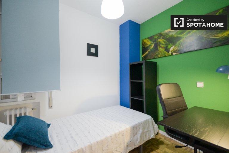 Habitación luminosa en apartamento de 5 dormitorios en Alcalá De Henares.