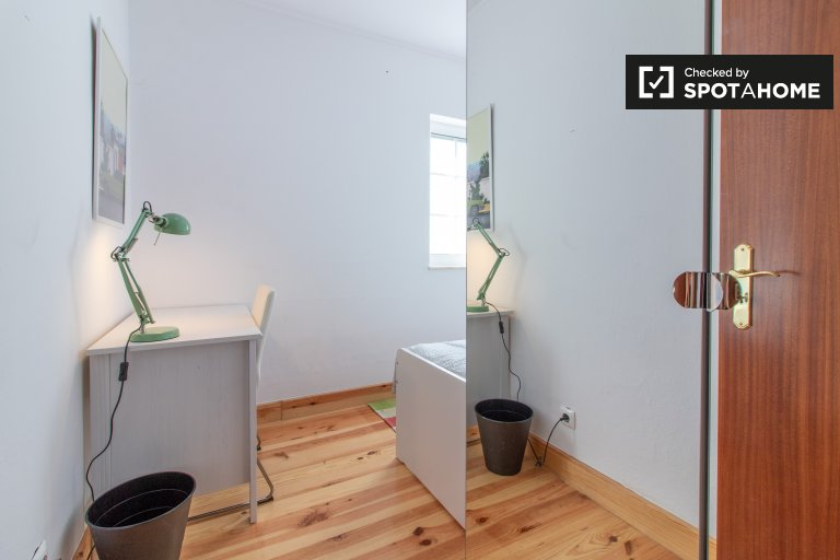 Calm room for rent in 5-bedroom house, Restelo, Lisbon