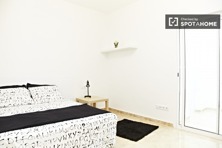 Bright room in 4-bedroom apartment in El Clot, Barcelona