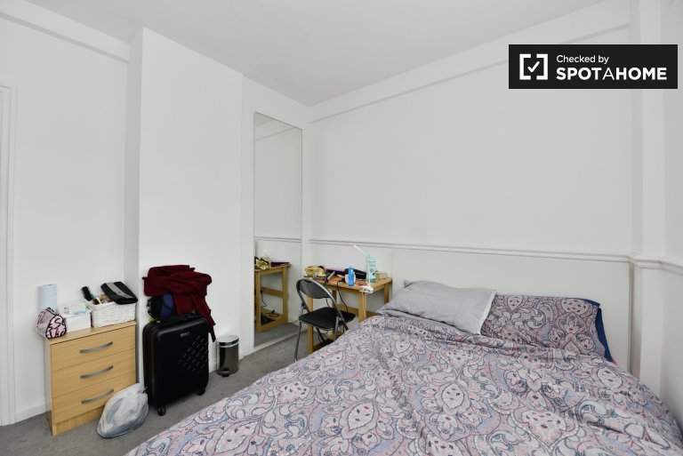 Quarto luminoso no apartamento em Kensington, Londres