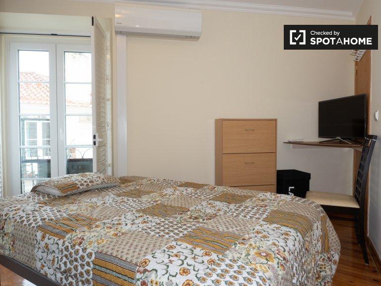 Sunny room in 3-bedroom flatshare in Santa Maria Maior