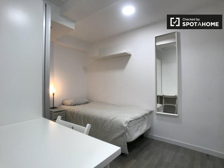 Zimmer zu vermieten in 5-Zimmer-Wohnung in Puerta del Angel