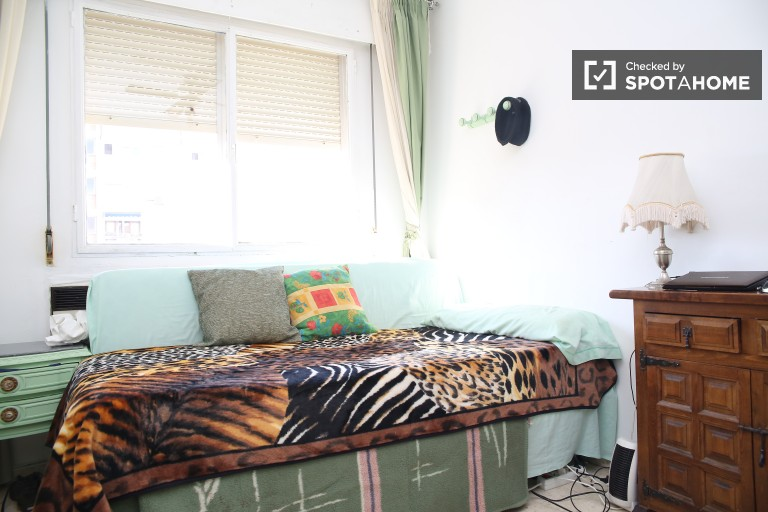 Single Bed in 3 bedrooms available in La Macarena, all bills included