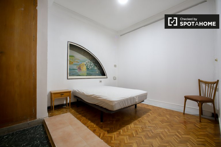 Large room for rent, apartamento de 9 quartos, Russafa