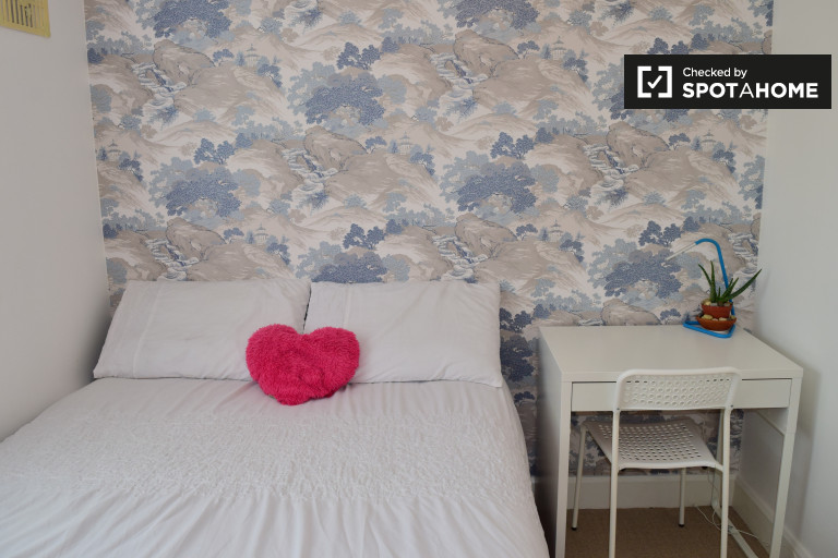 Double Bed in Room for rent in a stylish 3-bedroom house with garden in Hunterswood