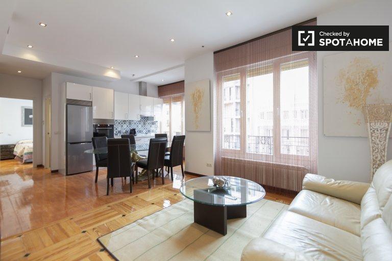 Przestronny apartament z 2 sypialniami do wynajęcia w Rios Rosas w Madrycie