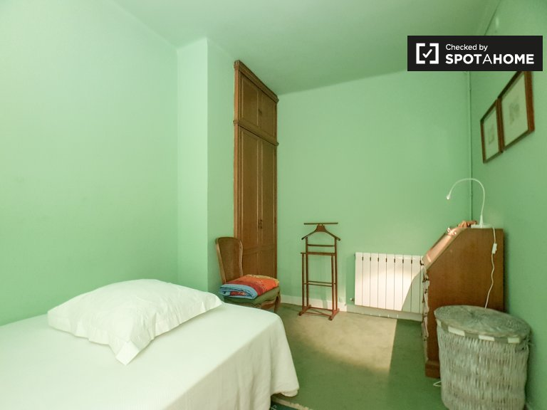 Cosy room in  in 3-bedroom apartment in Sants, Barcelona