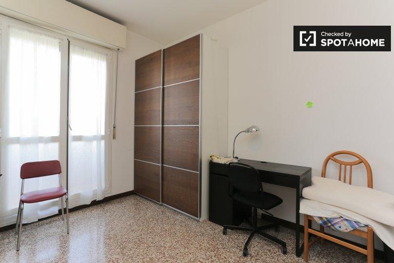 Espaçoso quarto para alugar em apartamento de 2 quartos em Gallaratese