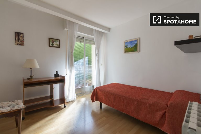 Room with balcony in 3-bedroom apartment, Guindalera, Madrid