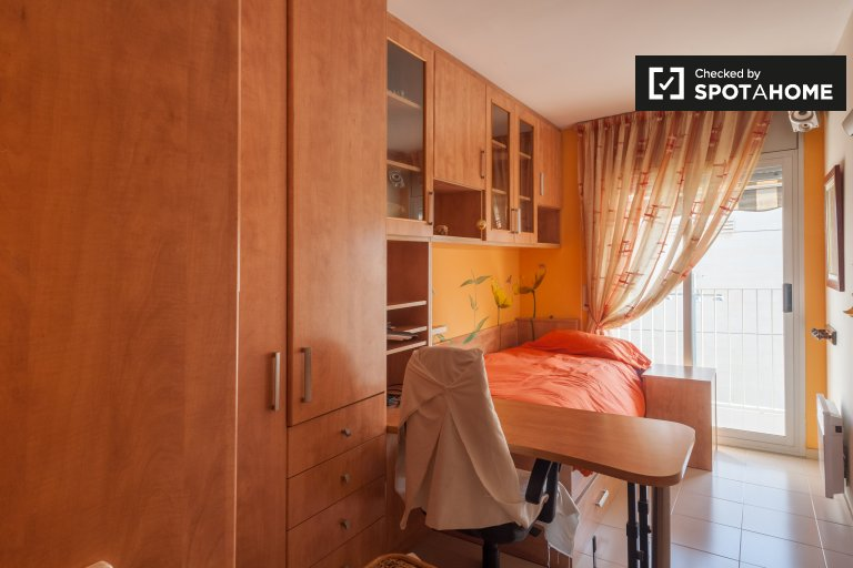 Bright room for rent in 3-bedroom apartment, Poble-sec