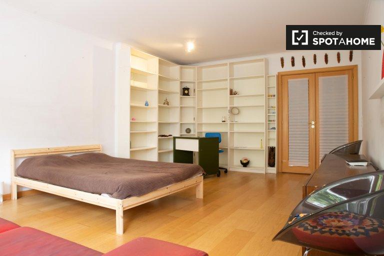 Pokój do wynajęcia w 4-pokojowym mieszkaniu w Lumiar, Lizbona