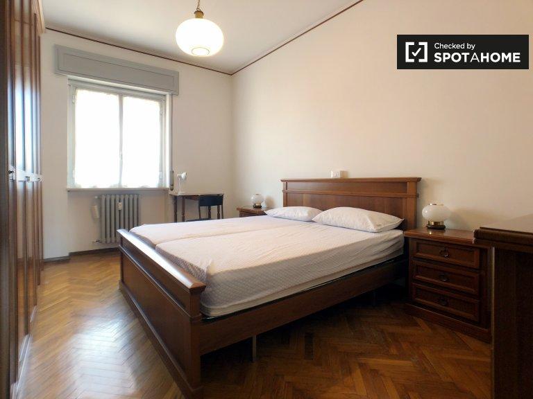 Habitación abierta en el apartamento de 2 dormitorios en Forlanini, Milán.