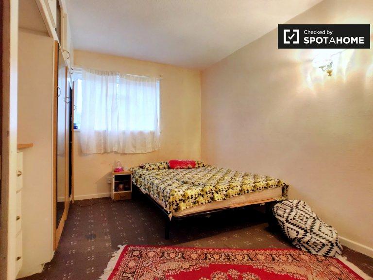 3-bedroom flat to rent in Poplar, London