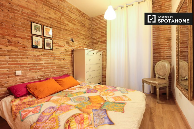 Double room for rent, 3-bedroom apartment El Raval Barcelona