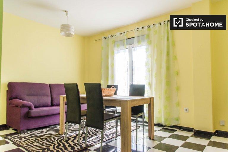 Apartamento de 3 dormitorios en alquiler en Extramurs, Valencia.