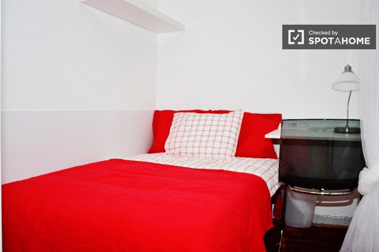 Single Bed in Rooms in cozy three bedroom apartment, all bills included