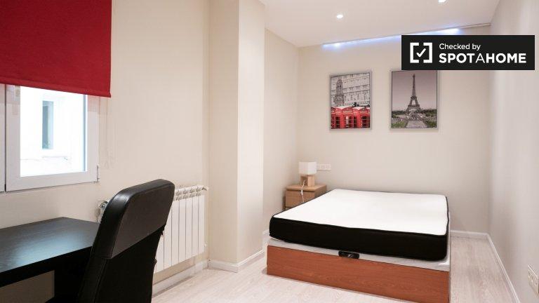 Moncloa, Madrid'de 3 yatak odalı dairede kiralık oda