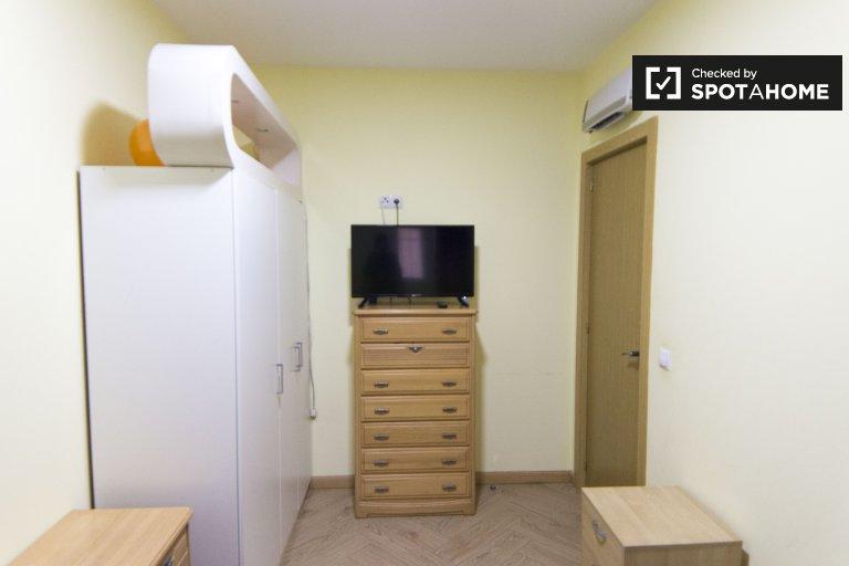 Habitación en alquiler en un apartamento de 3 dormitorios en Puente de Vallecas