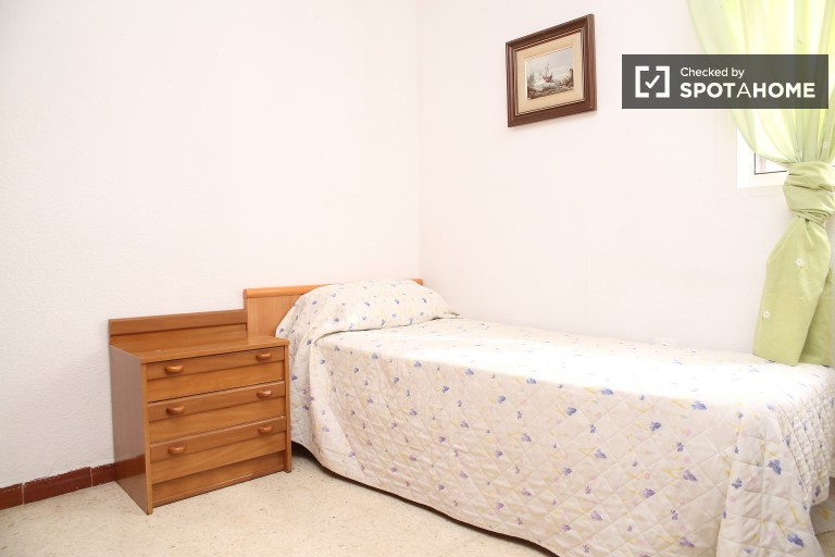Bedroom 2 with single bed
