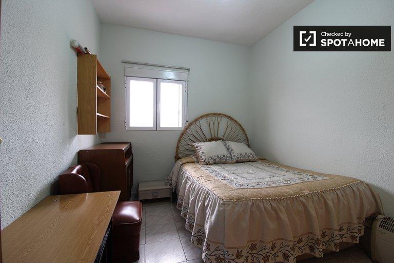 Gemütliches Zimmer zu vermieten in 3-Zimmer-Wohnung in Usera, Madrid