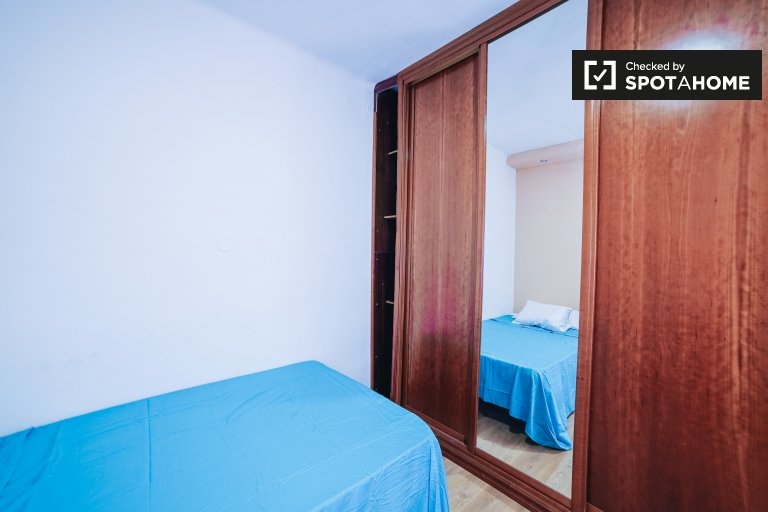 Rooms for rent in 4-bedroom apartment in Carabanchel, Madrid