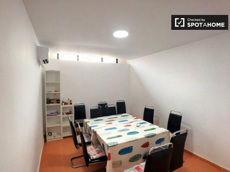 Przestronny pokój w apartamencie z 7 sypialniami w Getafe w Madrycie