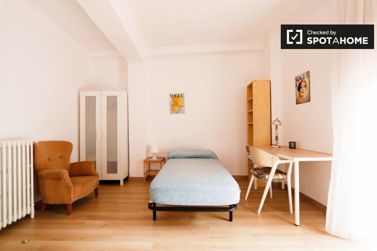Charming room for rent in Puerta de Toledo, Madrid