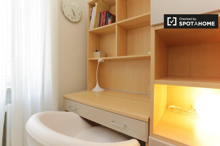 Pokój do wynajęcia w 4-pokojowym mieszkaniu w Bocconi, Mediolan