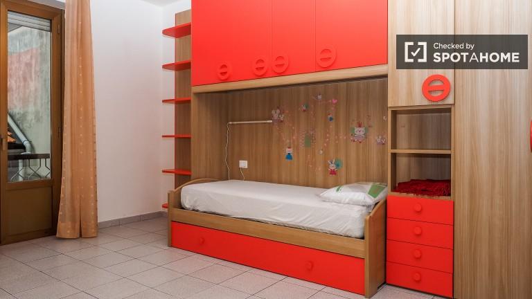 Przyjemny pokój w apartamencie z 2 sypialniami w Gallaratese, Mediolan