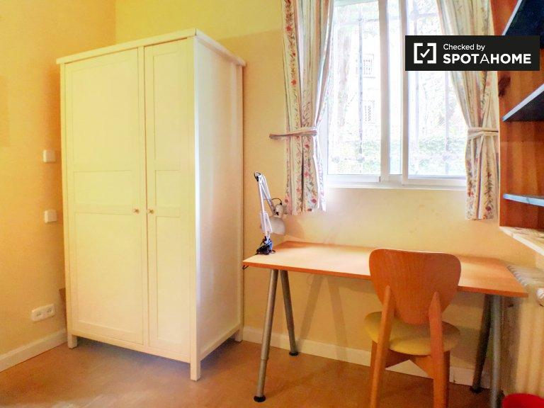 Chambre extérieure dans un appartement de 3 chambres à la Puerta del Ángel,