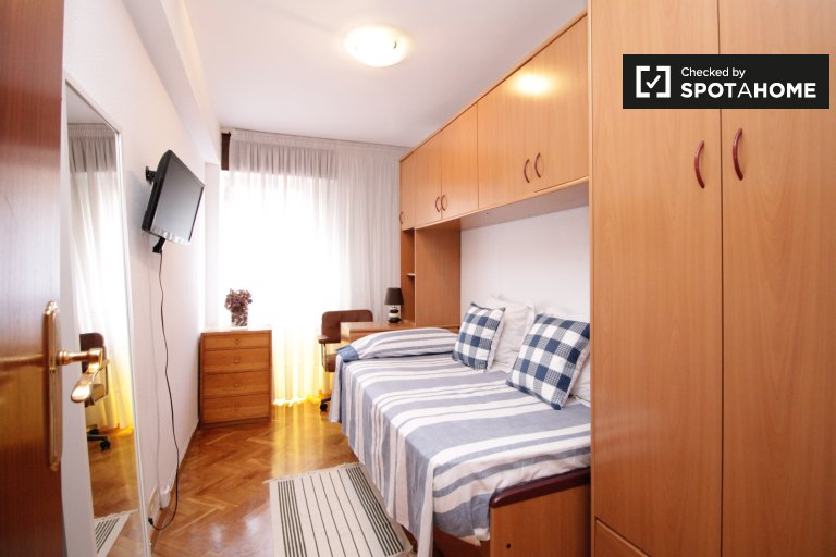 Chambre simple dans un appartement de 3 lits près de Sant Martí, Barcelone