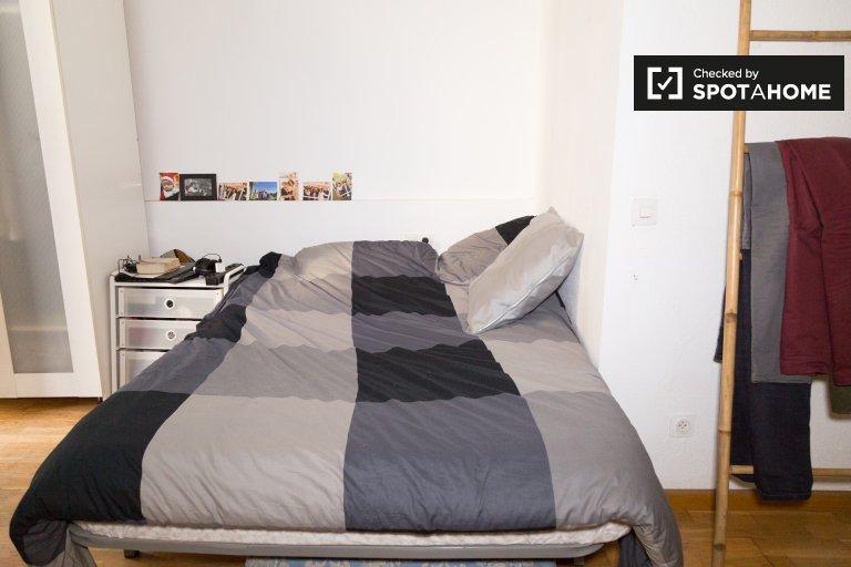 Habitación con balcón. Apartamento de 3 dormitorios en Gràcia, Barcelona.