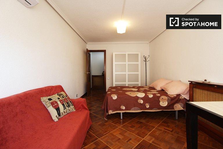 Amplia habitación en un apartamento de 4 dormitorios en Madrid