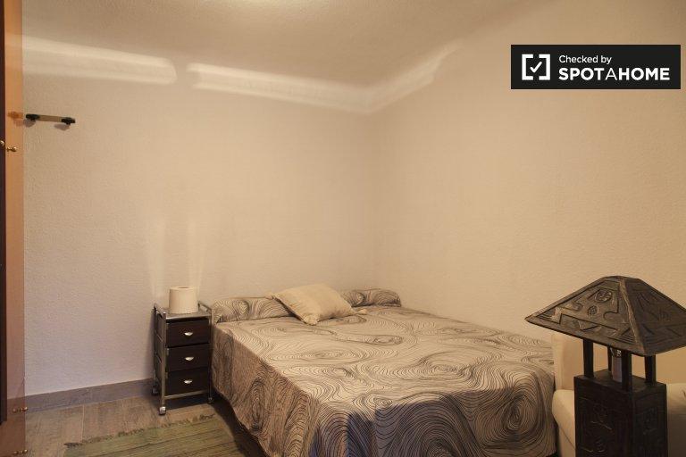 Quiet room for rent in 4-bedroom apartment, Puerta del Ángel