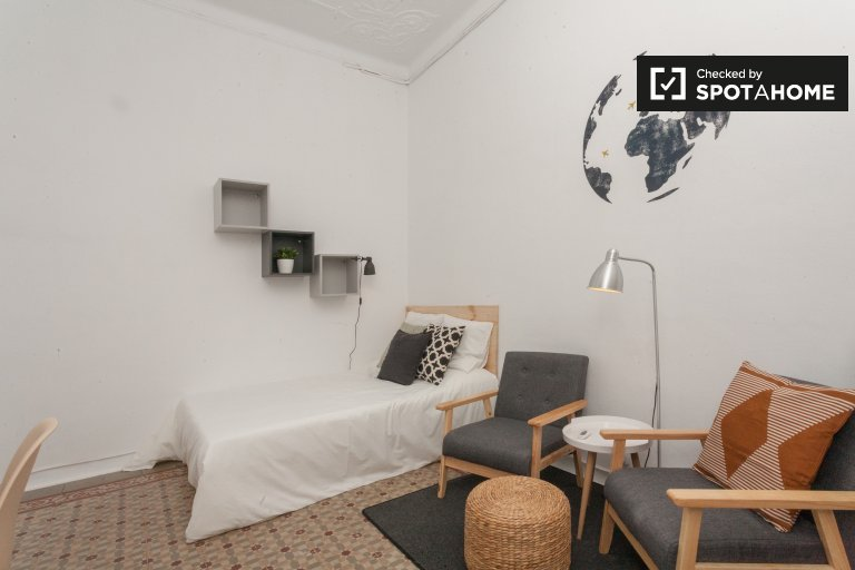 Room for rent in 9-bedroom apartment in Gracia, Barcelona