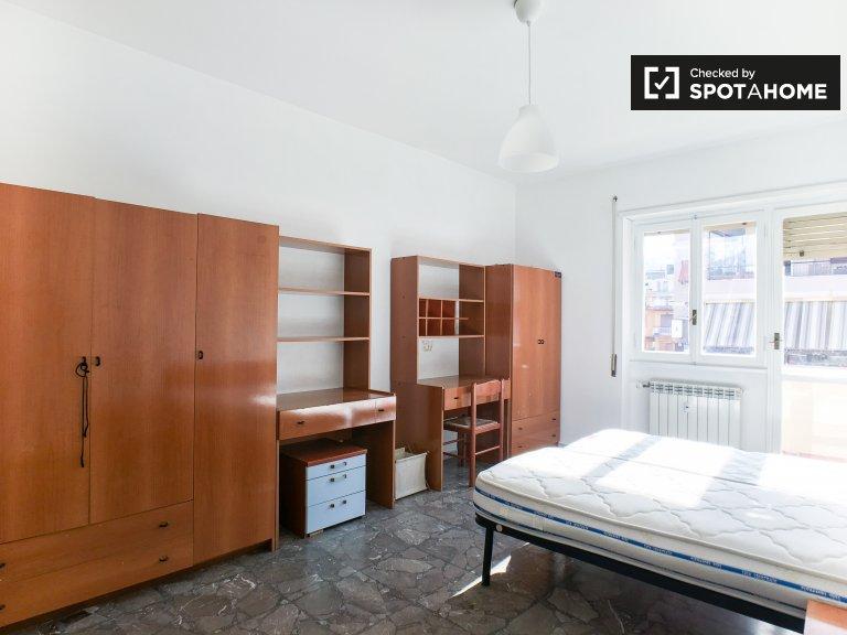 Quarto luminoso em apartamento de 2 quartos em Tiburtina, Roma