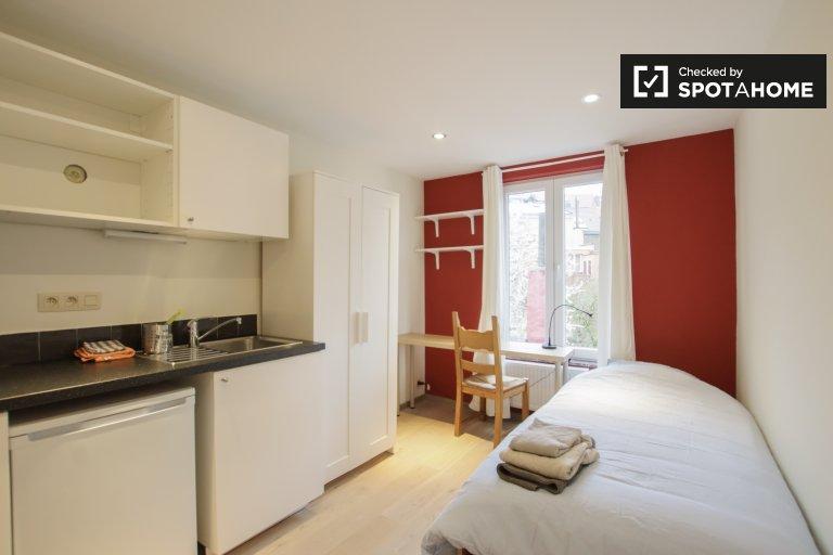 Room for rent in 6-bedroom apartment in Saint Josse