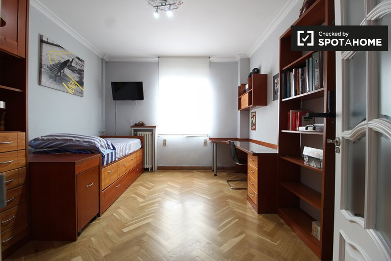 Room for rent in 2-bedroom apartment in Retiro, Madrid