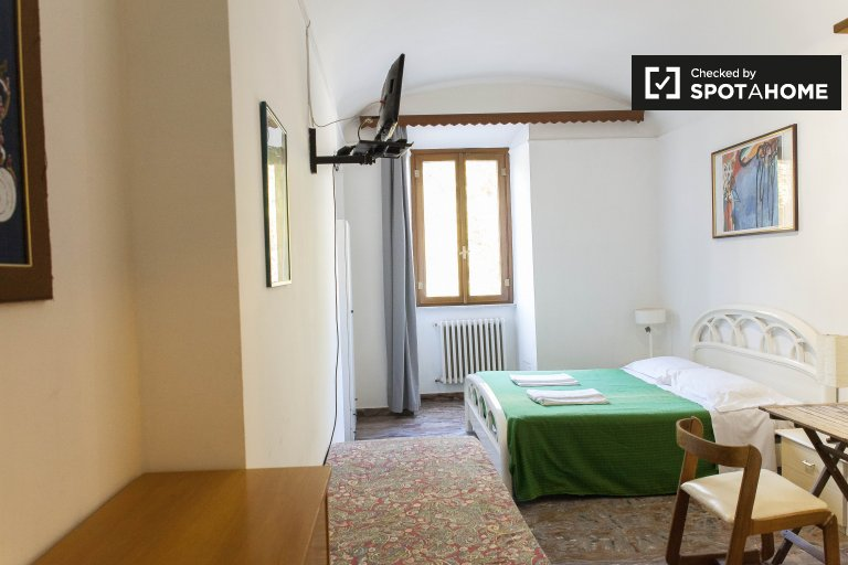 Double Bed in Rooms for rent in spacious 4-bedroom apartment near the Vatican in Prati