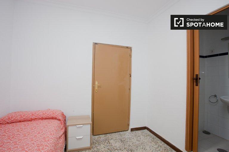 Ensuite room in 5-bedroom apartment in San Pablo