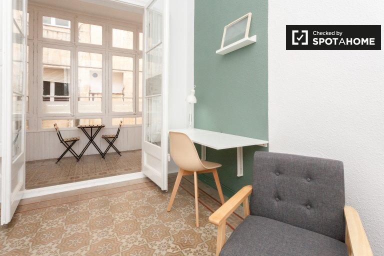 Se alquila habitación en piso de 9 habitaciones en Gracia, Barcelona.