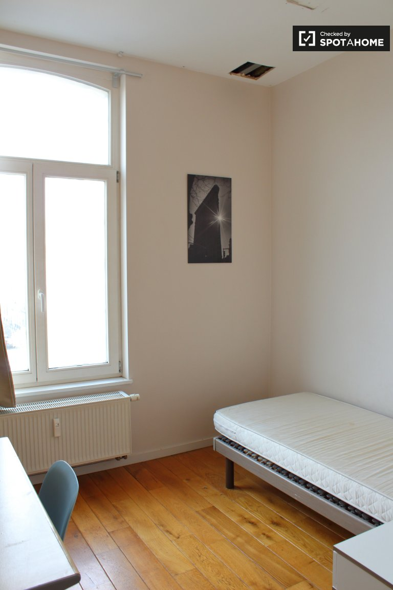 Rooms for rent in 9-bedroom apartment in Brussels