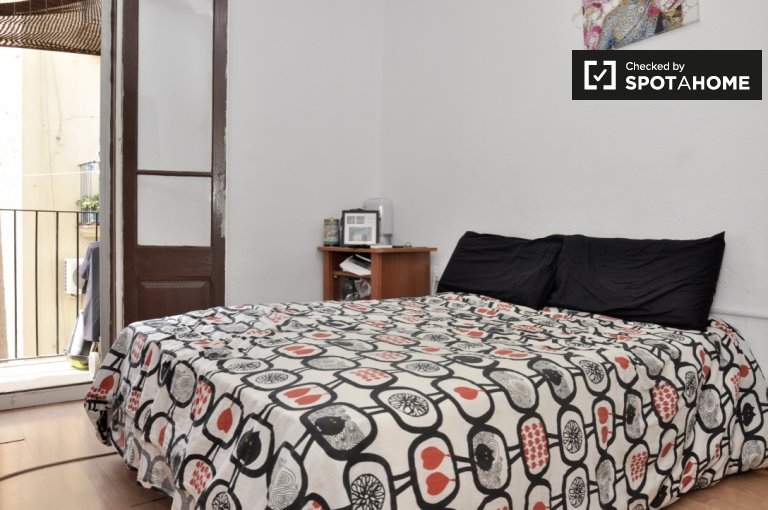 Sunny room in 3-bedroom apartment in Sants, Barcelona